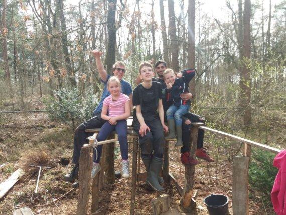 Huttenbouw in het bos